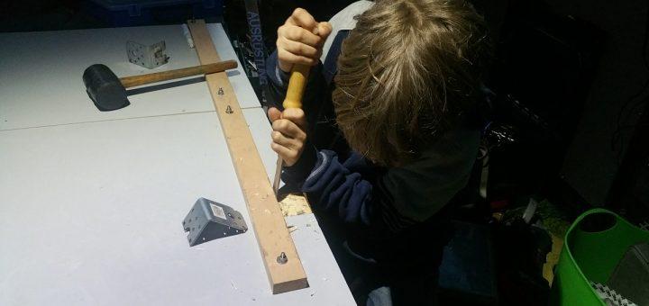 Kinderarbeit beim Wohnmobil Tisch selber bauen: Einarbeiten der Stahlwinkel