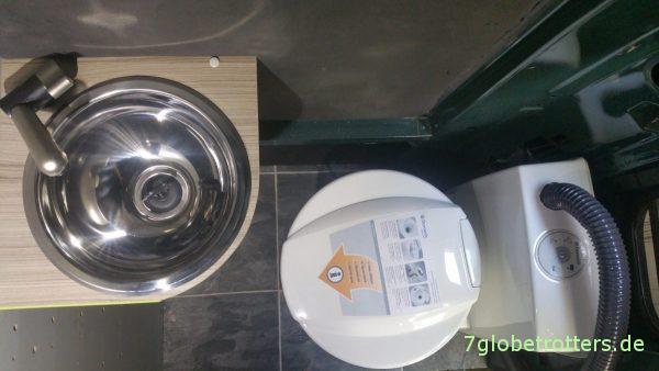 Kassettentoilette und Waschbecken im Wohnmobil-Bad