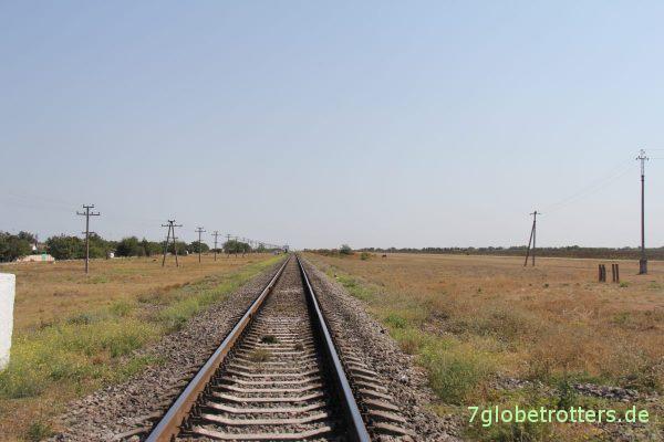 Typischer Eisenbahnübergang in der Steppe