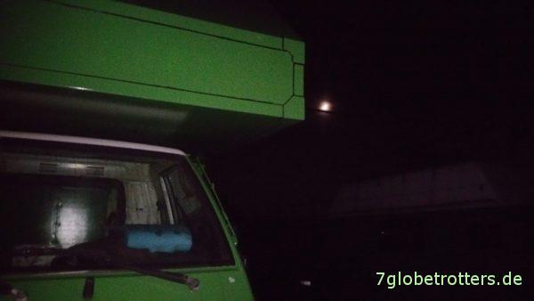Mr. Pink: Mitsubishi L300 Allrad im Mondschein