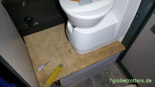 Probesitzen der Kassettentoiletteauf dem Doppelboden