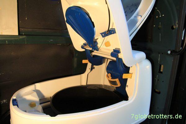 Aufgeklappte Trockentrenntoilette im Wohnmobil mit Lüfter