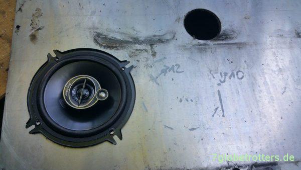 Anreißen der Öffnung für die Lautsprecher in die Fahrerhaustüren