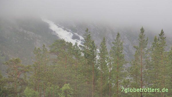 Norwegische Wasserfälle im Regen