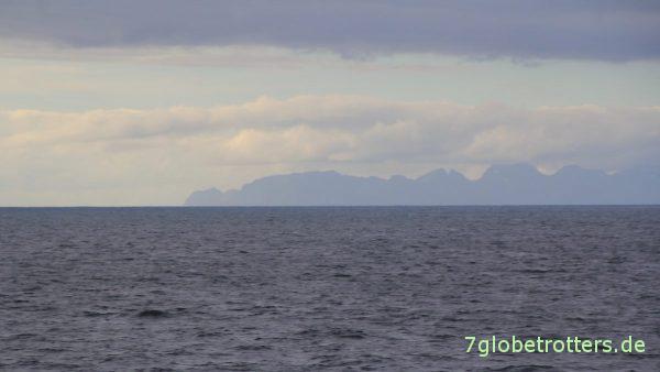 Die berühmte Lofotwand taucht am Horizont auf