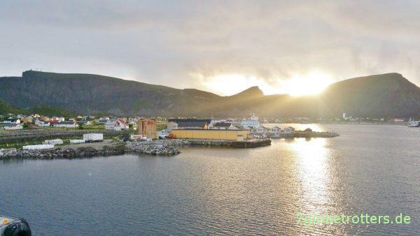 Der Hafenort Sørland auf Værøya kommt in Sicht