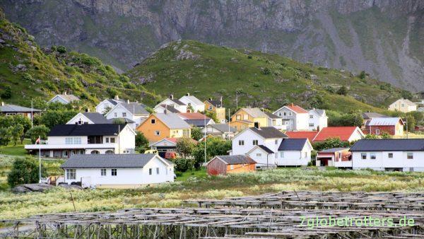 [22:50] Dicht gedrängt stehen die Häuschen von Sørland