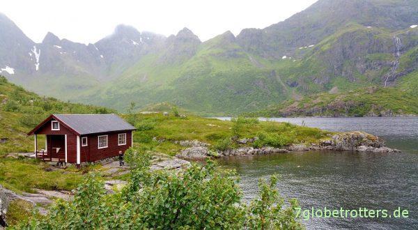 Eine kleine Hütte am Ufer des Ågvatnet