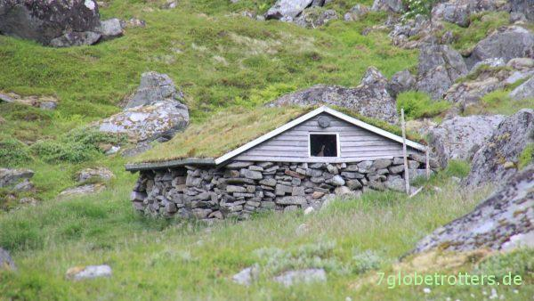 Trockensteinmauern und Grasdach: Hütte am Markvatnet