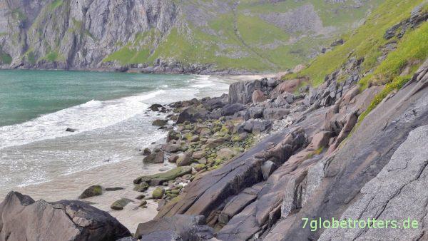 Kleine Kletterpassage an der Kvalvika-Bucht zwischen Vestervika und Nordvika