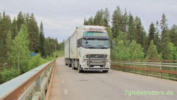Typischer Schweden-LKW: Volvo mit vorn 3, hinten 5 Achsen