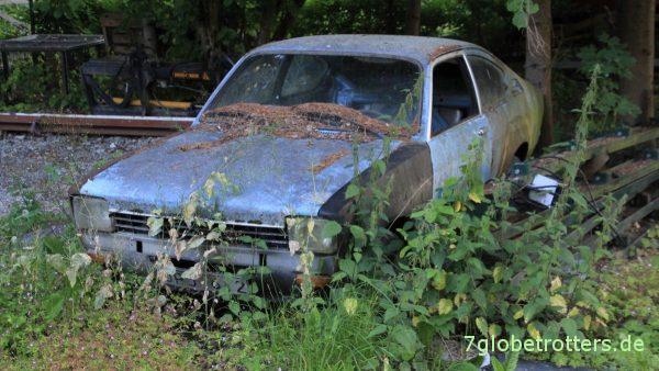Artefakte im Wald: Ein alter Opel Kadett C