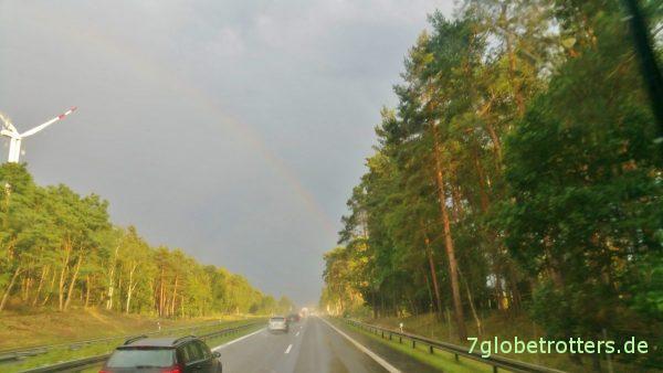 Urlaubsabschiedsregenbogen auf der deutschen Autobahn