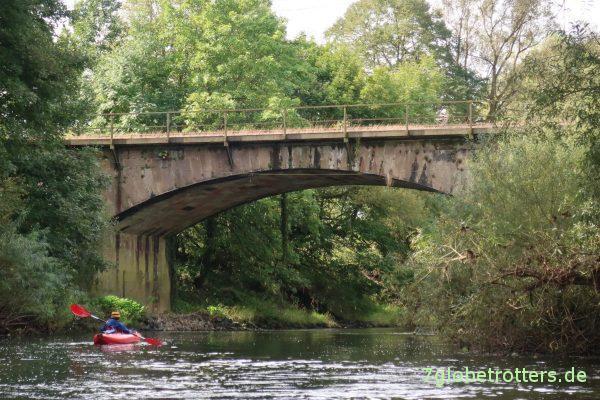 Paddeln auf der oberen Lahn: Brückeninspektion