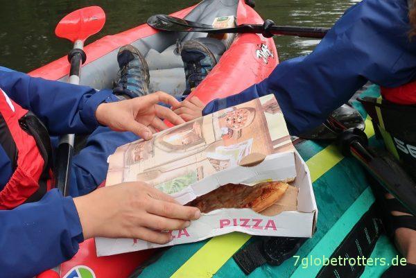 Diesmal mit Mittagessen: Pizzaessen beim Paddeln auf der mittleren Lahn