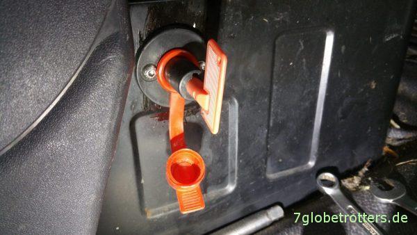 Einbau Batteriehauptschalter am Fahrersitzkasten