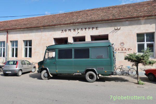 Serbien: Kulturhaus von Lešnica mit dem MB 711