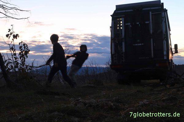 Bosnien-Herzegowina/Republika Srpska: Holzsammeln für das Lagerfeuer