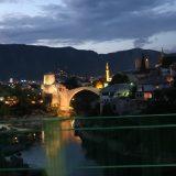 Mostar: Stari Most im AbendlichtMostar