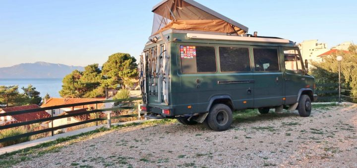 Kroatien: Ein sonniger Morgen auf dem leeren Campingplatz Podaca