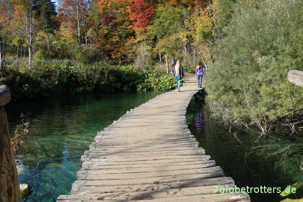 Breite Holzstege führen durch die Plitvicer Seen