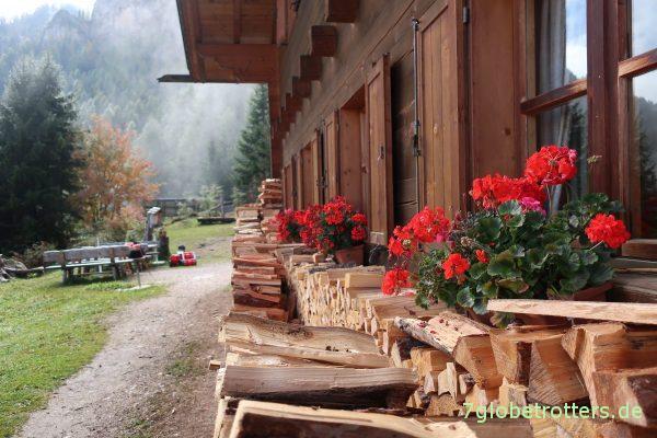 Holz vor dem Schutzhaus Schlernbödele