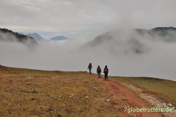 Wanderer über dem Nebelmeer der Dolomiten