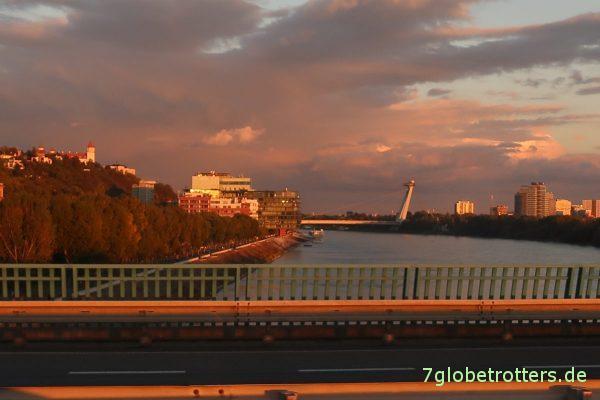 Slowakei: Sonnenuntergang auf der Donaubrücke von Bratislava