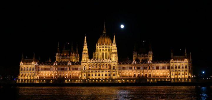 Budapest: Nächtlich erleuchtetes Parlamentsgebäude