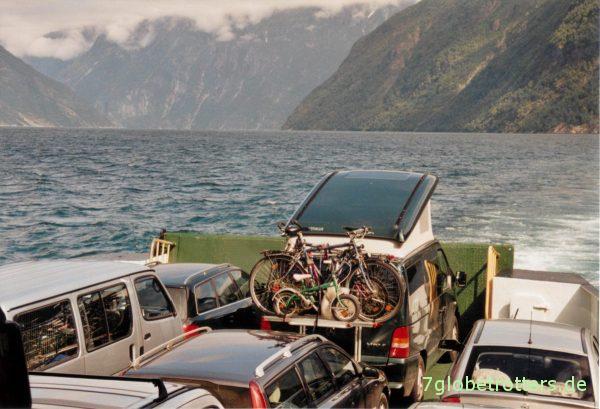 Norwegen 2005: Mittagsschlaf auf der Fähre im Aufstelldach des Vito Campers