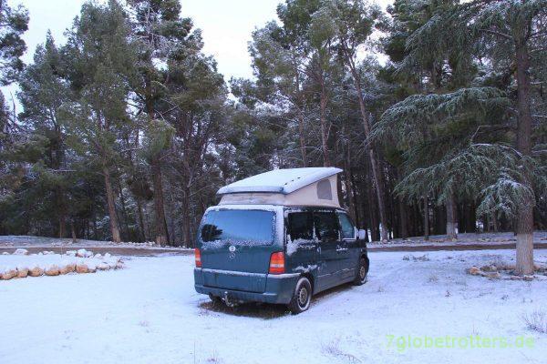 Marokko 2013: Schlafen im verschneiten Mercedes Vito mit Aufstelldach