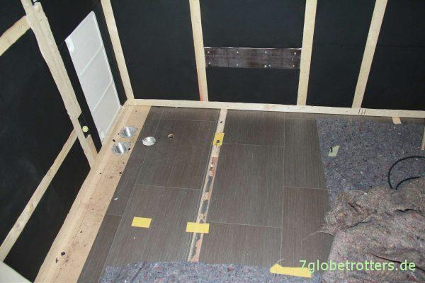 Montagerahmen und Isolierung für die Winkelküche im Wohnmobil