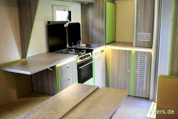 Die fertige Winkelküche im Wohnmobil mit dem Eckschrank