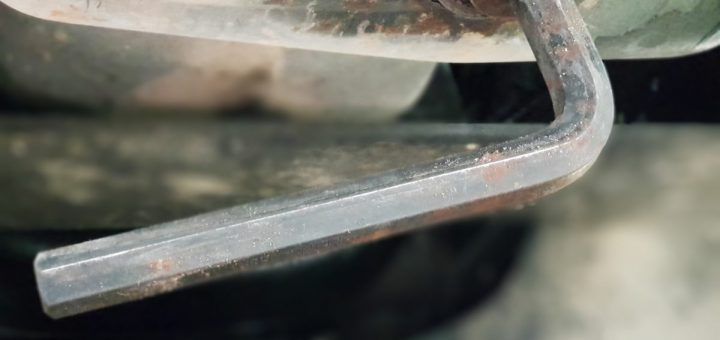 Ölwechsel selber machen: 14er Inbusschlüssel an der Ablassschraube