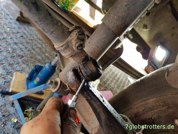 Mercedes T2: Kugelköpfe abschmieren, Spurstange und Lenkung prüfen