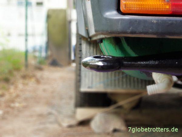 Abschleppstange am Wohnmobil: Halter unter der Stoßstange am Mercedes T2 selbst gebaut