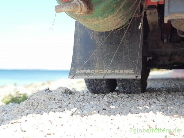 Schriftzug Mercedes-Benz selbst auf Schmutzfänger sprühen mit Test Foliatec Sprühfolie