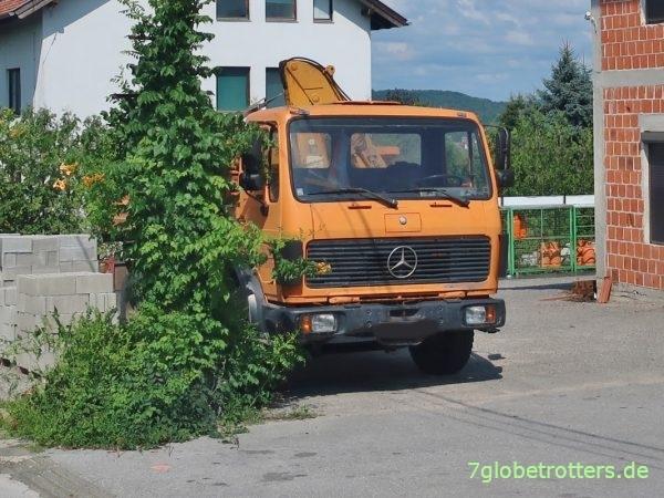 Mercedes 1222 AK mit Ladekran in Kroatien