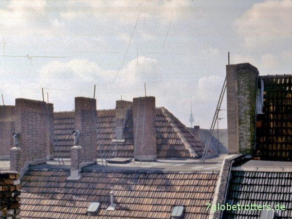 Frühstücksblick über die Dächer von Berlin-Prenzlauer Berg, DDR, 1990