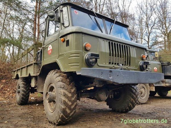 GAZ-66 Allrad Pritsche mit ZIL-131 im Hintergrund