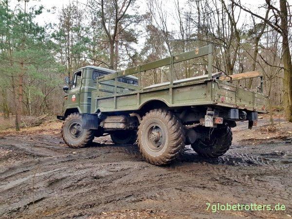 GAZ-66 Allrad, Seitenansicht mit linkem Benzintank