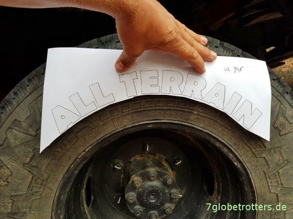 Weiße Reifenbeschriftung All-Terrain gemäß ExMoGrVwRbVO selber machen
