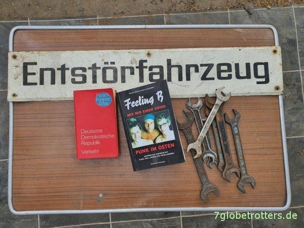 Buch zu Feeling B und Schild Entstörfahrzeug des Robur Bus LO 2501 Mz
