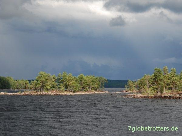 Ein Familien-Kanu muss auch mal Sturm und Regen abkönnen: Paddelrevier Schweden