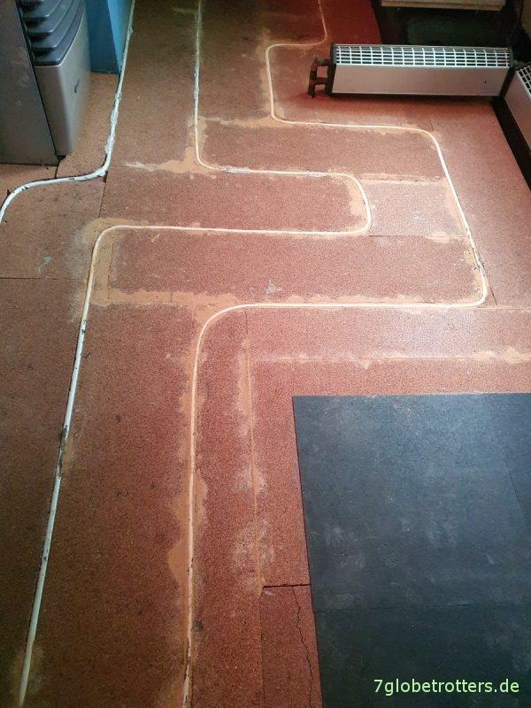 Angleichen der Fußbodenheizung an die Korkdämmung mit Lehm