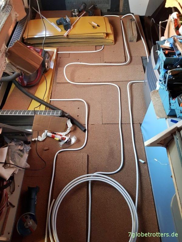 Verlegung der Fußbodenheizung im Wohnmobil mit Korkdämmung