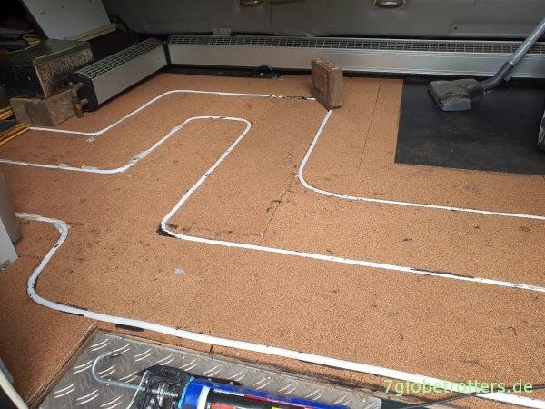 Nachrüsten der Fußbodenheizung im Wohnmobil: Zwischenlage mit Dämmung und Heizrohren