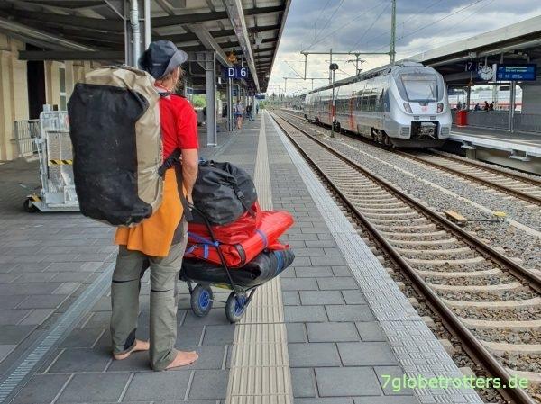 Ausrüstung und Packliste beim Wasserwandern: Ortlieb Duffle auf dem Rücken