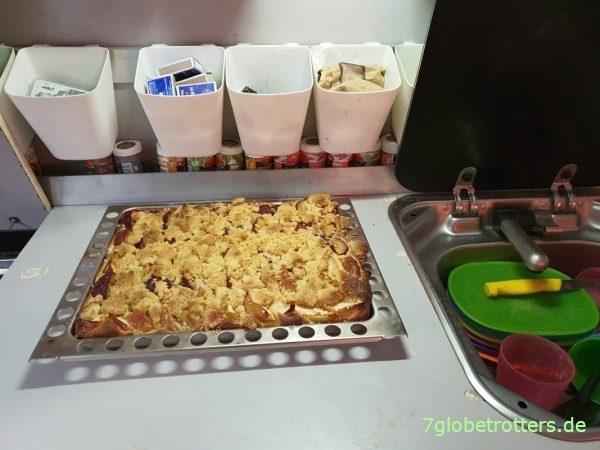 Backen im Wohnmobil: Rezept für Apfel-Pflaume-Streusel-Hefekuchen