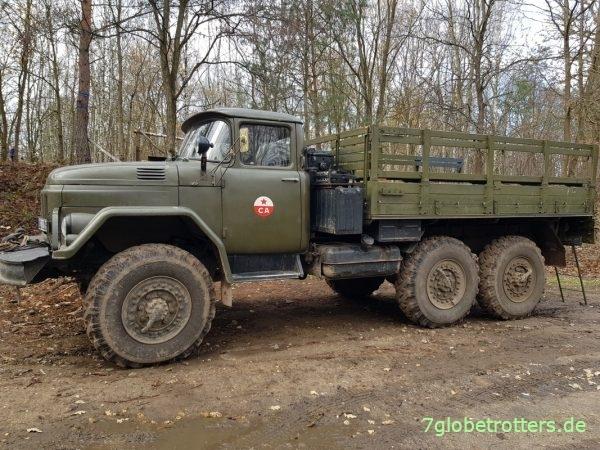 ZIL-131 mit Pritsche als universelle Zug- und Transportmaschine